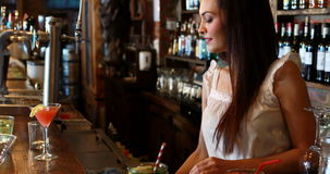 Stående av räknaren för kvinnlig bartenderlokalvårdstång arkivfilmer