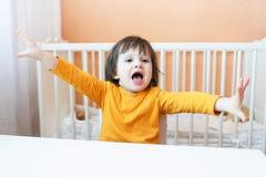 Stående av roliga 2 år barn på tabellen Arkivbild
