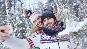 Stående av romantiska par i skogen som tar selfie på smartphonen stock video