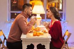 Stående av romantiska par på valentin dag Royaltyfria Bilder