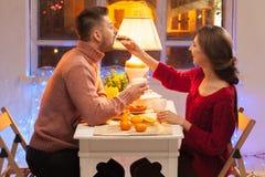 Stående av romantiska par på valentin dag Royaltyfri Bild