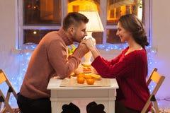 Stående av romantiska par på valentin dag Royaltyfri Fotografi
