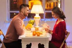 Stående av romantiska par på valentin dag Fotografering för Bildbyråer