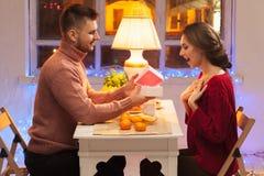 Stående av romantiska par på valentin dag Royaltyfri Foto