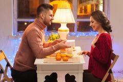 Stående av romantiska par på valentin dag Arkivfoton