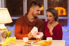 Stående av romantiska par på valentin dag Arkivfoto