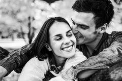 Stående av romantiska par utomhus i höst royaltyfria foton