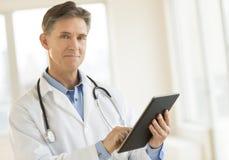 Stående av säker doktor Holding Digital Tablet fotografering för bildbyråer