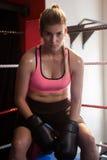 Stående av säkert kvinnasammanträde i boxningsring Royaltyfria Foton