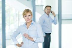 Stående av säkra affärspartners som ser kameran med den främsta kvinnliga ledaren Arkivbilder