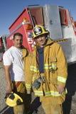 Stående av säkra brandarbetare royaltyfri foto