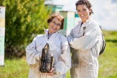 Stående av säkra kvinnliga Beekeepers Royaltyfria Bilder