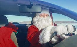 Stående av Santa Claus i bilen Arkivbild