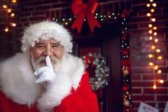 Stående av Santa Claus med fingret på kanter Royaltyfria Bilder