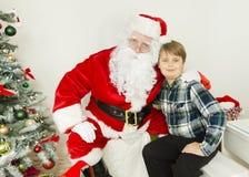 Stående av Santa Claus och en pojke Arkivbilder