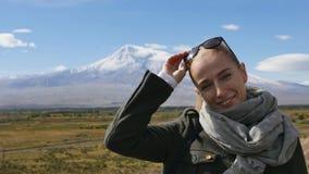 Stående av semesterloppkvinnan som ser Ararat berglandskap Natur under sommarsemestrar Kvinnligt barn arkivfilmer