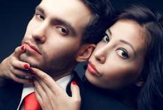 Stående av sexiga par, den härliga unga mannen och att posera för kvinna Arkivfoto