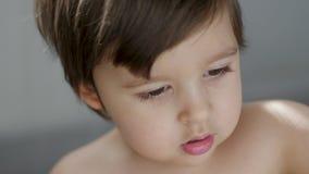 Stående av sitta för barnpojke stock video