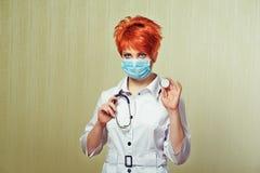 Stående av sjuksköterskan med medicinsk utrustning Arkivfoton