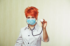 Stående av sjuksköterskan med medicinsk utrustning Royaltyfri Fotografi