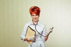 Stående av sjuksköterskan med medicinsk utrustning Arkivfoto