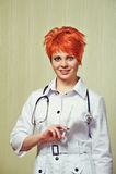 Stående av sjuksköterskan med medicinsk utrustning Royaltyfri Foto