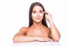 Stående av skönhetkvinnan med ögonlappar Kvinnaskönhetframsida med maskeringen under ögon Härlig kvinnlig med naturlig makeup och royaltyfria bilder