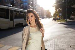 Stående av skönhetkvinnan som går på gatan royaltyfria foton