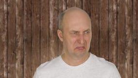 Stående av skallig mellersta åldrig mankänslaavsmak stock video