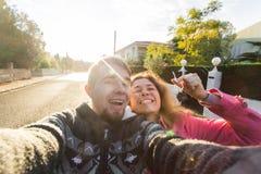 Stående av skratta gladlynta tangenter för ett parinnehav till deras nya hus Nytt begrepp för hem- ägare Arkivbild