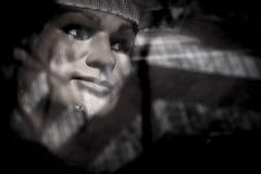 Stående av skyltdockan med glass reflexioner Arkivbilder