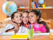 Stående av smarta skolbarn i klassrum arkivfoto