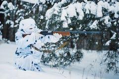 Stående av soldaten i kamouflage- och vitmaskeringsbalaclava med arkivbild