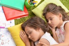 Stående av sova för två gulligt små flickor arkivbild