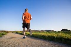 Stående av sportig rinnande det fria för en ung man i natur Fotografering för Bildbyråer