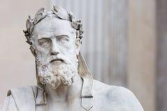 Stående av statyn av den grekiska filosofen Xenophon Arkivbild