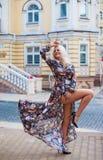 Stående av stilfull kläder för härlig modell och den lyxiga handväskan och Royaltyfria Foton