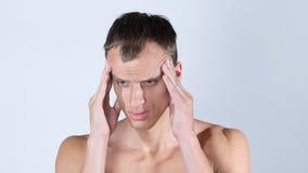 Stående av stiligt ungt shirtless manlidande från huvudvärk Fotografering för Bildbyråer