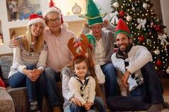 Stående av storfamiljen i julhattar royaltyfria foton