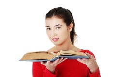 Stående av studentkvinnan som rymmer en öppen bok Arkivfoton
