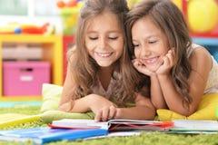 Stående av studera för två härligt små flickor arkivbilder
