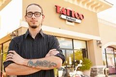 Stående av tatueringkonstnären Standing Outside Parlor Arkivbilder