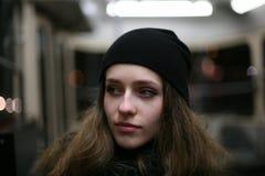 Stående av tillfällig transport för flickahipster offentligt Royaltyfria Foton