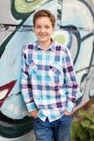 Stående av tonåringpojken i utomhus arkivfoton
