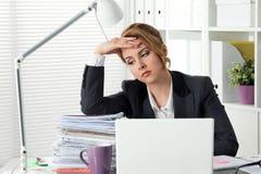 Stående av trött affärskvinnasammanträde på hennes kontor royaltyfria bilder
