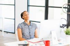 Stående av trött sammanträde för afro--amerikan kontorsarbetare i offfice Royaltyfri Bild