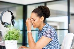 Stående av trött sammanträde för afro--amerikan kontorsarbetare i offfice Fotografering för Bildbyråer