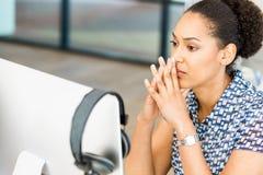 Stående av trött sammanträde för afro--amerikan kontorsarbetare i offfice Arkivbild