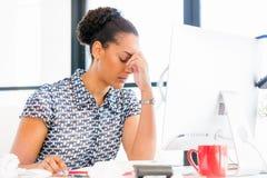 Stående av trött sammanträde för afro--amerikan kontorsarbetare i offfice Royaltyfri Fotografi