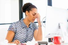 Stående av trött sammanträde för afro--amerikan kontorsarbetare i offfice Royaltyfria Bilder